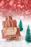 Trenó vertical do Natal no fundo vermelho, texto olá! 2018 Imagem de Stock Royalty Free