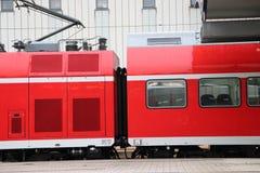 Tren alemán en Baviera Para llegada que espera foto de archivo