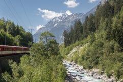 Tren alpino en las montañas suizas Foto de archivo