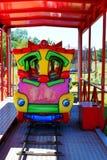 Tren colorido de la atracción imagenes de archivo