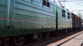 Tren con la línea del carro del cargo, transporte, almacen de metraje de vídeo