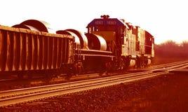 Tren de acero de la bobina en las pistas imagenes de archivo