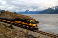 Tren de Alaska en el brazo de Turnagain Imagen de archivo libre de regalías