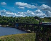 Tren de Algoma sobre el lago Montreal, Ontario, Canadá imagenes de archivo