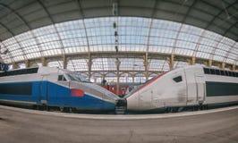 Tren de alta velocidad del pasajero en la estación en Niza imágenes de archivo libres de regalías