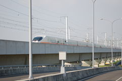 Tren de alta velocidad en el ferrocarril elevado Fotos de archivo libres de regalías