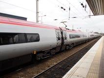 Tren de alta velocidad en una estación de tren local en Liverpool, Reino Unido Foto de archivo libre de regalías