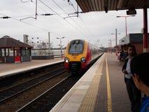 Tren de alta velocidad en una estación de tren local en Liverpool, Reino Unido Fotos de archivo libres de regalías