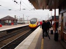 Tren de alta velocidad en una estación de tren local en Liverpool, Reino Unido Imagen de archivo