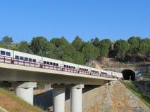 Tren de alta velocidad hermoso que transporta a pasajeros a su destino imágenes de archivo libres de regalías