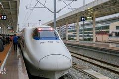 Tren de alta velocidad HSR en China con la velocidad muy más rápida del tren de la cabeza de la bala fotografía de archivo