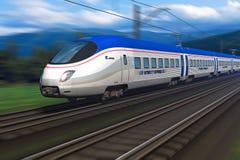 Tren de alta velocidad moderno con la falta de definición de movimiento Fotografía de archivo libre de regalías