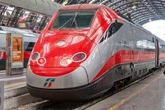 Tren de alta velocidad moderno en la estación Imagen de archivo libre de regalías
