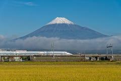Tren de bala del monte Fuji y de Shinkansen Fotos de archivo libres de regalías