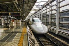 Tren de bala en una estación en Tokio, Japón foto de archivo