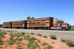 Tren de camino estacionado en la cara de la carretera Imagenes de archivo