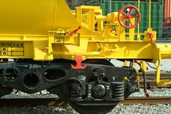 Tren de carga amarillo Fotos de archivo libres de regalías