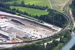Tren de carga con los coches, Carinthia, Austria Imagen de archivo libre de regalías
