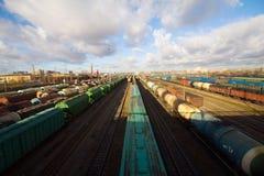 Tren de carga con los contenedores para mercancías del color Foto de archivo libre de regalías