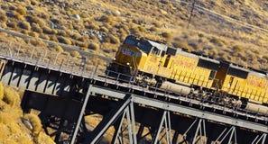 Tren de carga en el puente Foto de archivo libre de regalías