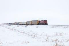 Tren de carga en horizonte en invierno imagenes de archivo