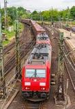 Tren de carga en la estación de Hamburgo Hauptbahnhof imagen de archivo
