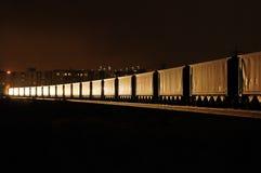 Tren de carga en la noche fotografía de archivo libre de regalías