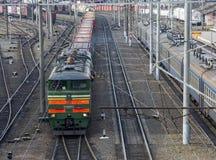 Tren de carga en la ramificación de la vía ferroviaria imagen de archivo libre de regalías