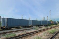 Tren de carga en la zona de la industria para el CCB logístico de las importaciones/exportaciones Foto de archivo