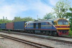 Tren de carga en la zona de la industria para el CCB logístico de las importaciones/exportaciones foto de archivo libre de regalías