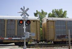 Tren de carga en pistas Imagenes de archivo