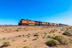 Tren de carga que conduce a través del desierto de Mojave California imágenes de archivo libres de regalías