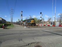 Tren de carga que pasa la travesía de ferrocarril en Haverstraw del oeste, NY Imagen de archivo