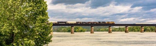 Tren de carga sobre Tennessee River imagen de archivo