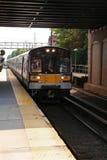 Tren de cercanías en el movimiento Foto de archivo