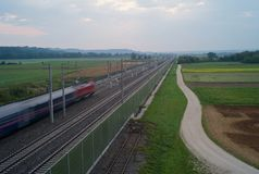 Tren de cercanías móvil en el campo fotografía de archivo