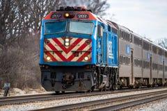 Tren de cercanías de Metra que viaja al oeste Imágenes de archivo libres de regalías