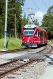 Tren de cercanías suizo en las montan@as Fotografía de archivo libre de regalías