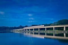 Tren de cielo en pista levantada Imagen de archivo