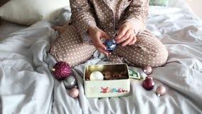 Tren de coche coloreado la Navidad de las bolas de los pijamas de la muchacha almacen de metraje de vídeo