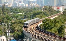 Tren de la ciudad con los viajeros del día laborable Fotografía de archivo