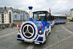 Tren de la ciudad de Alesund que hace turismo. Noruega. Fotos de archivo libres de regalías