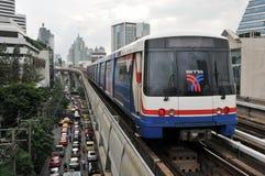 Tren de la ciudad en los carriles elevados Foto de archivo libre de regalías