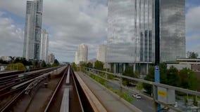 Tren de la ciudad que se mueve sobre el edificio moderno en la ciudad almacen de video