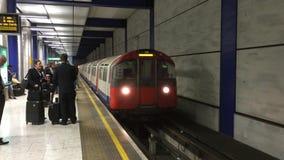 Tren de la estación del metro de Londres que llega almacen de metraje de vídeo