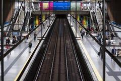 Tren de la estaci?n de metro de Madrid con colores foto de archivo libre de regalías