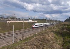 Tren de la velocidad cerca de una subestación eléctrica Imagenes de archivo