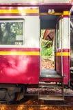 Tren de las escaleras y carros ferroviarios rojos Imagen de archivo libre de regalías
