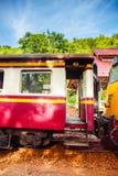 Tren de las escaleras y carros ferroviarios rojos Fotografía de archivo