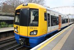 Tren de Londres Overground en la estación de los jardines de Kew fotos de archivo